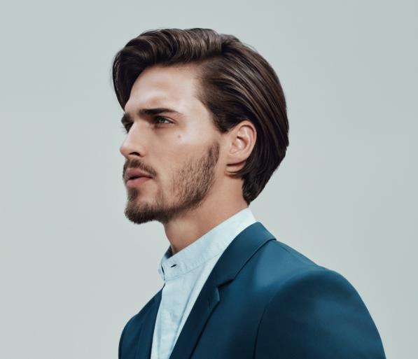 Coupes de cheveux pour hommes avec des cheveux liquides