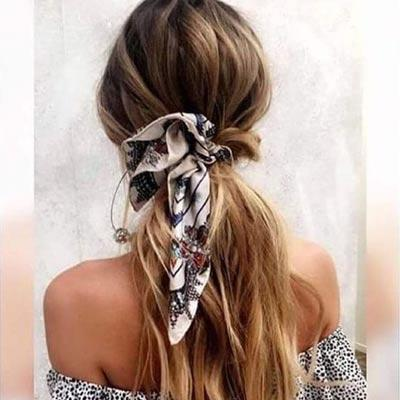 tendance coiffure : la queue de cheval avec un foulard