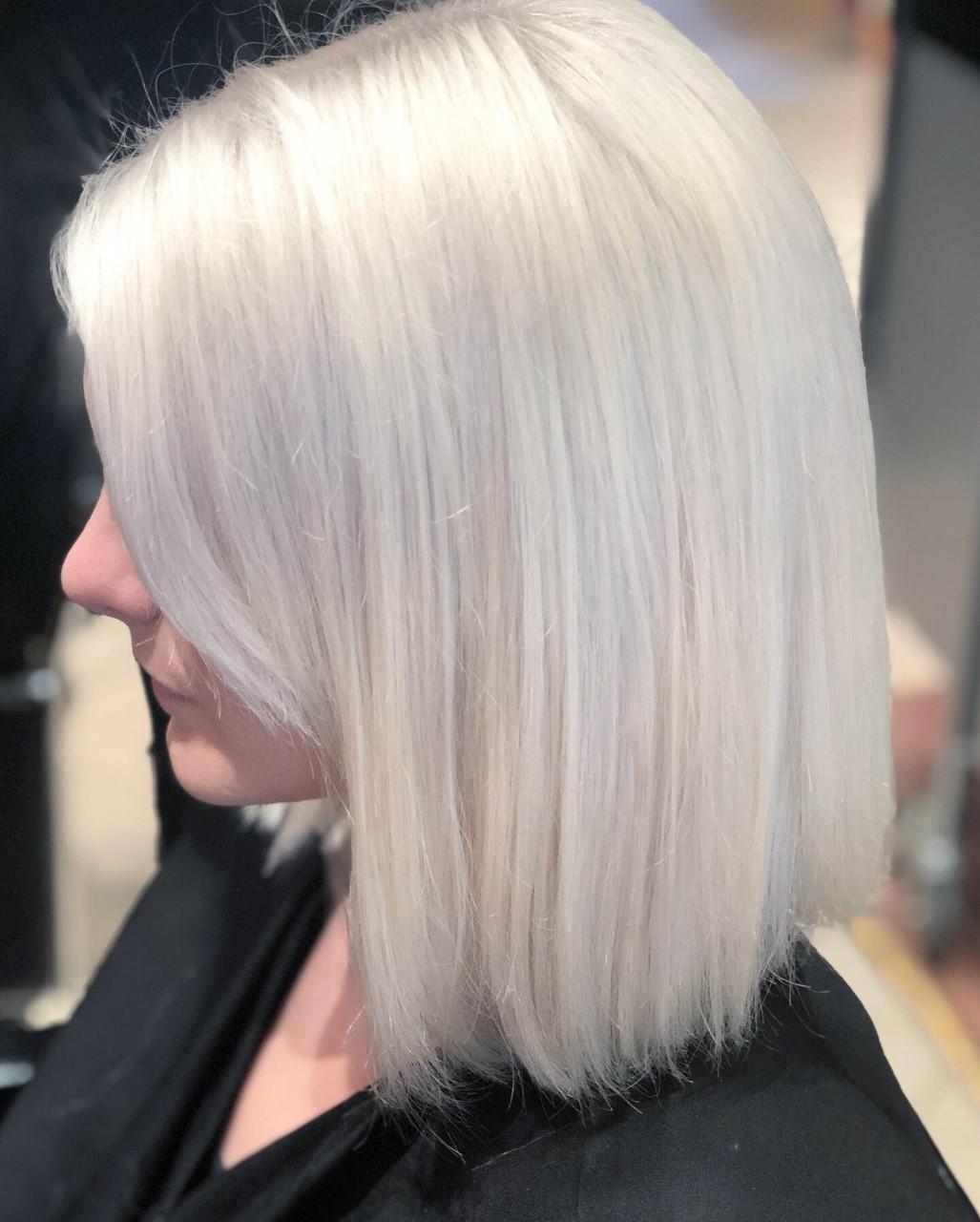 Carré plongeant blond polaire - Salon de coiffure Kami Coiffure 75012 Paris - 75008 Paris