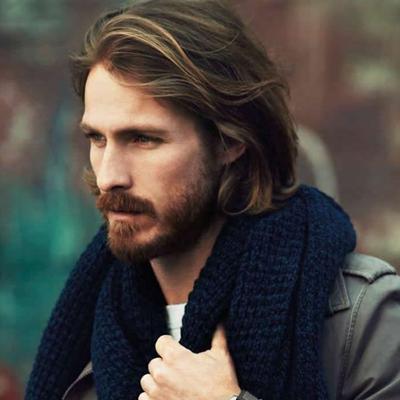 tendances coiffures hommes : Carré cheveux mi longs