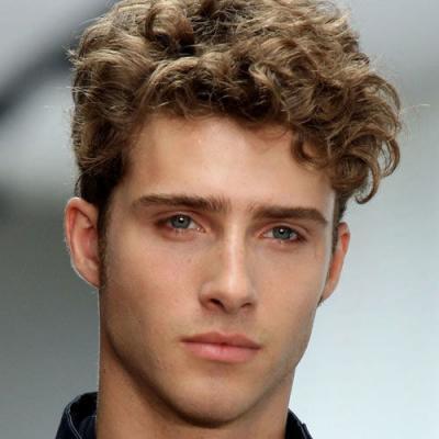 cheveux ondulés coiffure tendance homme